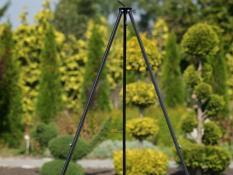 Šį trikojį stovą galima naudoti dviem būdais: pakabinti žibintą, kuris apšvies jūsų stovyklavietę, arba naudoti jį maistui ruošti virš atviros ugnies.